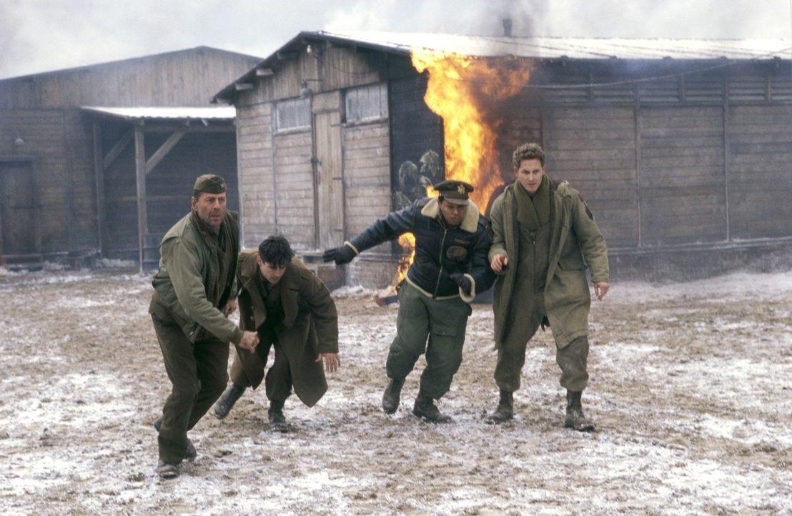 Im Jahre 1944 inszeniert Colonel William McNamara (Bruce Willis, l.) ein Tribunal in einem deutschen Kriegsgefangenenlager, um einen Ausbruchsversuc... - Bildquelle: Metro-Goldwyn-Mayer Studios Inc. All Rights Reserved.