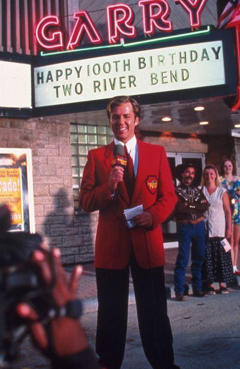 Die ganze Stadt feiert mit dem Journalisten Kirk Reid (David Millbern) ein ausgelassenes Fest, da nähert sich rasant ein Tornado ... - Bildquelle: Regent Entertainment