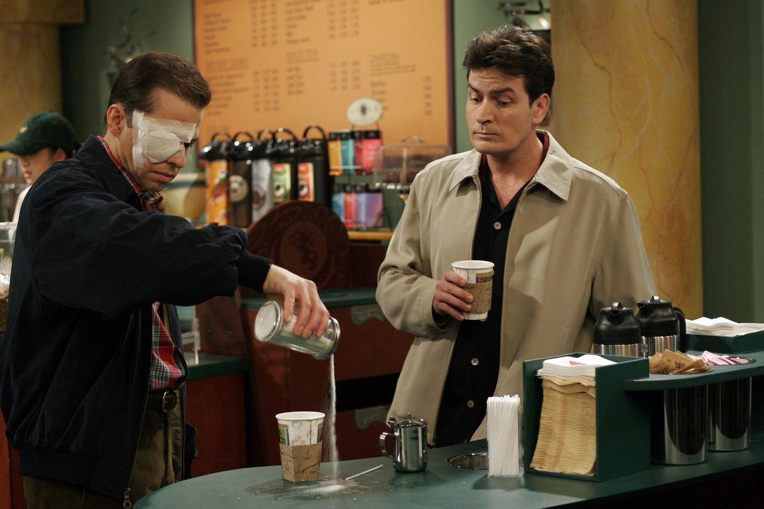 Charlie (Charlie Sheen, r.) beobachtet den einäugigen Alan (Jon Cryer, l.), der so seine Probleme im Coffeshop hat ... - Bildquelle: Warner Bros. Television
