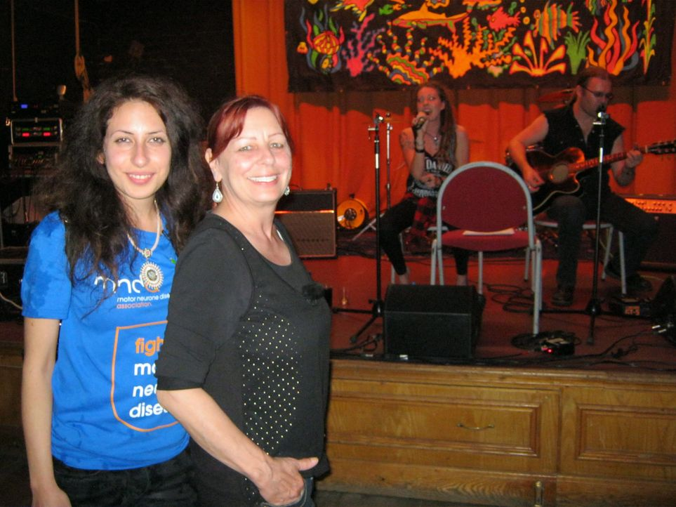 Seit Mirna (l.) 2007 das erste Mal nach Northwich gereist ist, hat sie den Traum, einen Musik-Pub zu eröffnen. Ihre Mutter Martina (r.) wird ihr mit... - Bildquelle: kabel eins