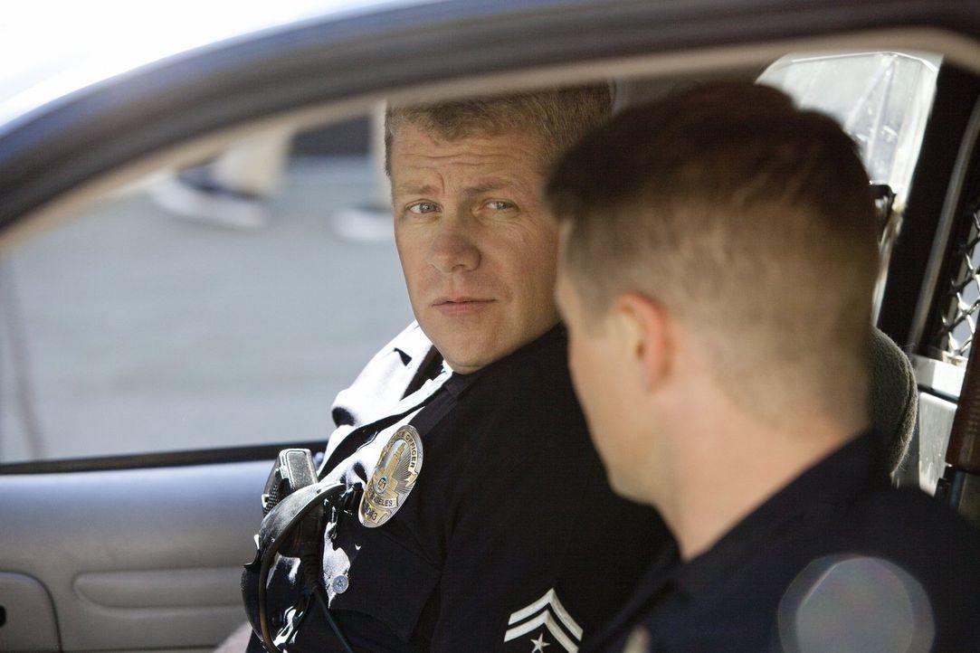 Sind wieder gemeinsam auf Streife: Officer Ben Sherman (Benjamin McKenzie, r.) und Officer John Cooper (Michael Cudlitz, l.) - Bildquelle: Warner Brothers