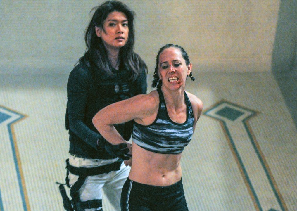 Bei den Ermittlungen: Kono (Grace Park, l.) ... - Bildquelle: 2013 CBS Broadcasting, Inc. All Rights Reserved.