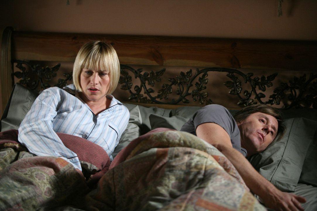 Allison (Patricia Arquette, l.) erzählt Joe (Jake Weber, r.) von ihrem Traum, in dem ein Priester ums Leben gekommen ist ... - Bildquelle: Paramount Network Television