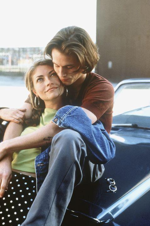 Seit Julie (Rebecca Gayheart, l.) den attraktiven Zack (Chad Christ, r.) kennen gelernt hat, liegt ihr ihr Vergehen gewaltig im Magen ... - Bildquelle: Columbia TriStar