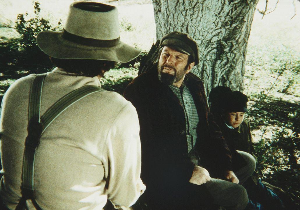 Charles (Michael Landon, l.) verabschiedet sich von Yuli (Theodore Bikel, M.) und Victor (Ike Eisenmann, r.). - Bildquelle: Worldvision