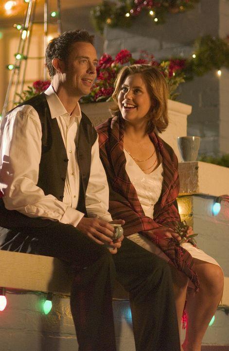 Versuchen alles, um Weihnachten zu retten: Nick (Tom Cavanagh, l.) und Sandy (Ashley Williams, r.) ... - Bildquelle: Buena Vista International Television