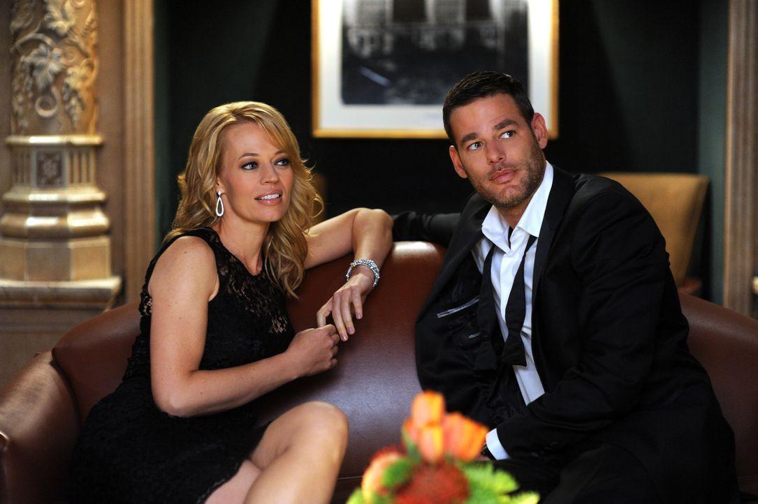 Als Dr. Kate Murphey (Jeri Ryan, l.) während einer politischen Veranstaltung den smarten Sergej (Ivan Sergei, r.) kennenlernt, ist sie sofort von ih... - Bildquelle: ABC Studios