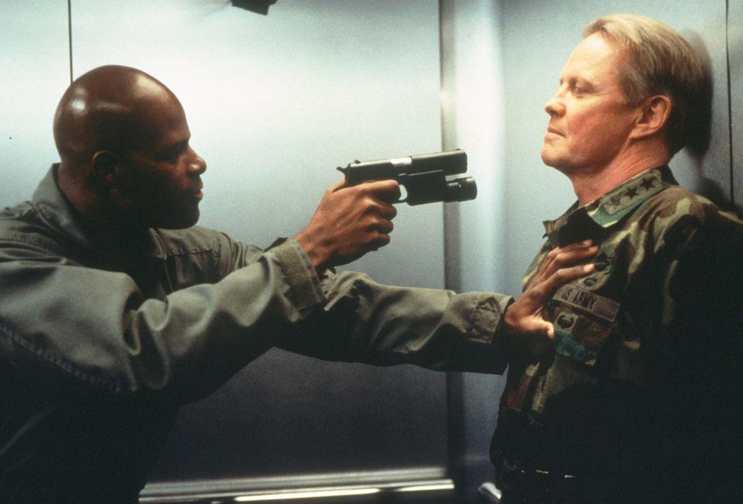 Endlich am Ziel seiner Wünsche: Dunn (Keenen Ivory Wayans, l.) hat seinen Widersacher Grant Casey (Jon Voight, r.) am Wickel ... - Bildquelle: New Line Cinema
