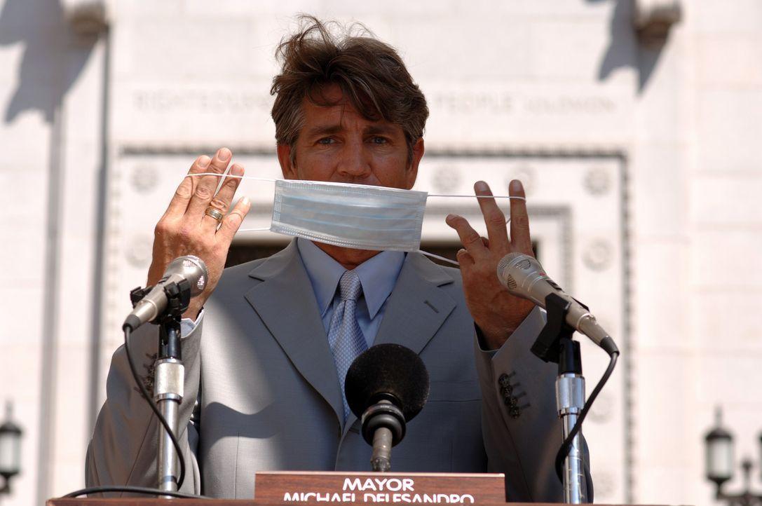 Zunächst will der Bürgermeister von L.A., Richard Dellasandro (Eric Roberts), die Gefahr nicht erkennen. Er sieht nur seine politische Karriere ge... - Bildquelle: 2006 RHI Entertainment Distribution, LLC
