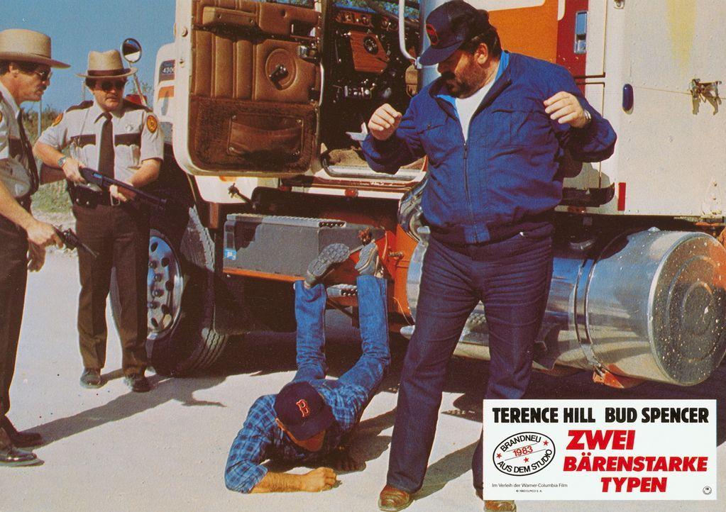 Zwei bärenstarke Typen, die die Welt vor einem großen Bösewicht bewahren müssen: Roscoe (Terence Hill, 2.v.l.) und Doug (Bud Spencer, l.) ... - Bildquelle: Warner Brothers