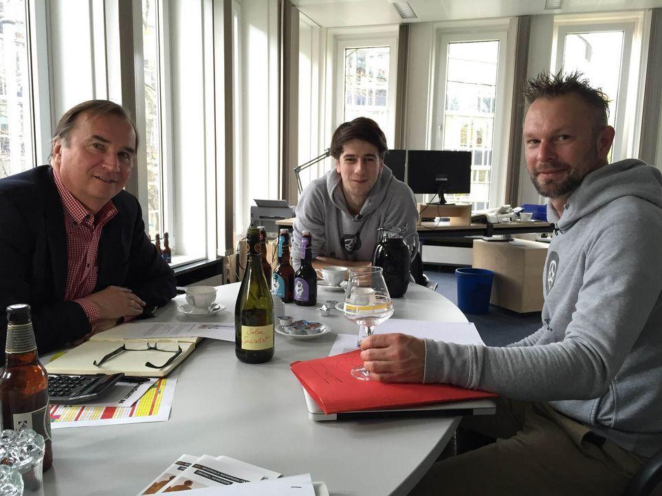 Mit Bier zum Millionär? Hopper-Bräu-Gründer Lars Grosskurth (r.) mit seinem Braumeister Sascha (M.) und einem Vertriebspartner (l.) ... - Bildquelle: kabel eins