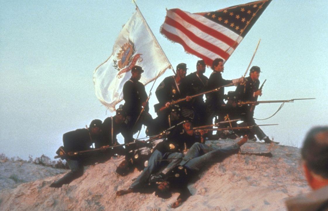 1862 tobt in Amerika der Bürgerkrieg: Der Nordstaaten-Colonel Shaw (Matthew Broderick, r. oben) wird beauftragt, ein Infanterie-Regiment zu bilden,... - Bildquelle: TriStar Pictures