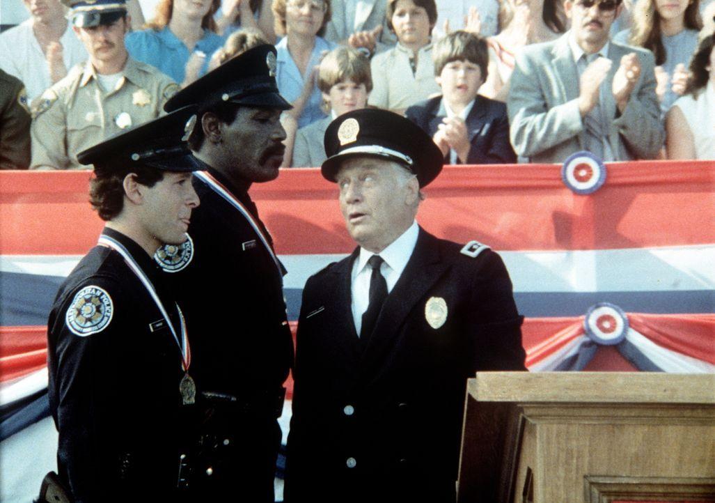 Mahoneys (Steve Guttenberg, l.) und Hightowers (Bubba Smith, M.) unorthodoxe Vorgehensweise findet bei Commandant Lassard (George Gaynes, r.) eine e... - Bildquelle: Warner Bros.
