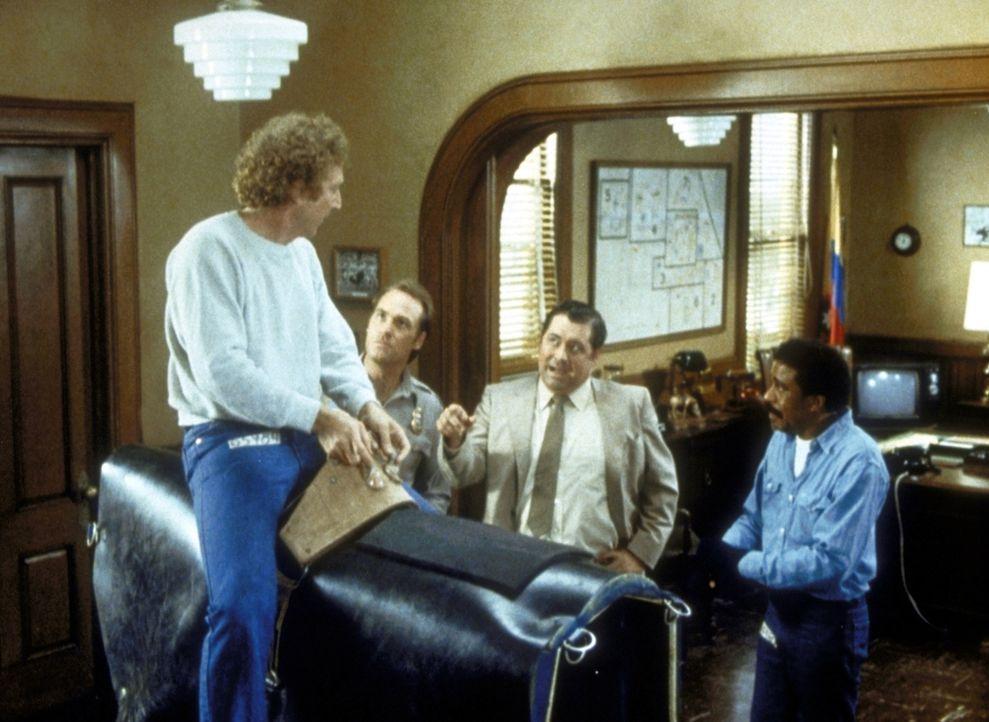 Skip (Gene Wilder, l.) muss vor den Augen seines Freundes Harry (Richard Pryor, r.) auf Wunsch des Gefängnisdirektors auf einem mechanischen Bullen... - Bildquelle: Columbia Pictures Corporation