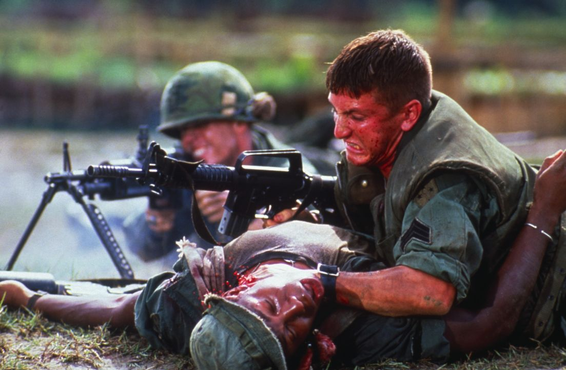 Vergeblich versucht Meserve (Sean Penn, r.) dem verblutenden Soldaten Brown (Erik King, unten) das Leben zu retten ... - Bildquelle: 1989 Columbia Pictures Industries, Inc. All Rights Reserved.