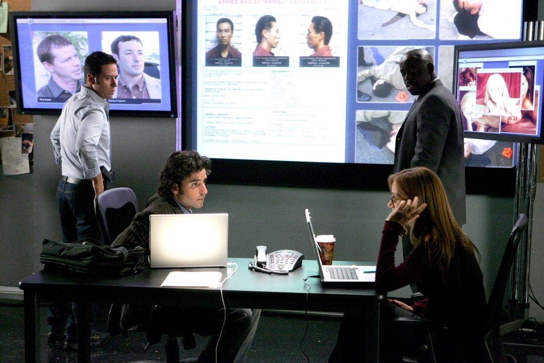 Die Dolmetscherin Kim wird tot aufgefunden. Don (Rob Morrow, l.), Charlie (David Krumholtz, 2.v.l.), David (Alimi Ballard, r.) und Megan (Diane Farr... - Bildquelle: CBS International Television