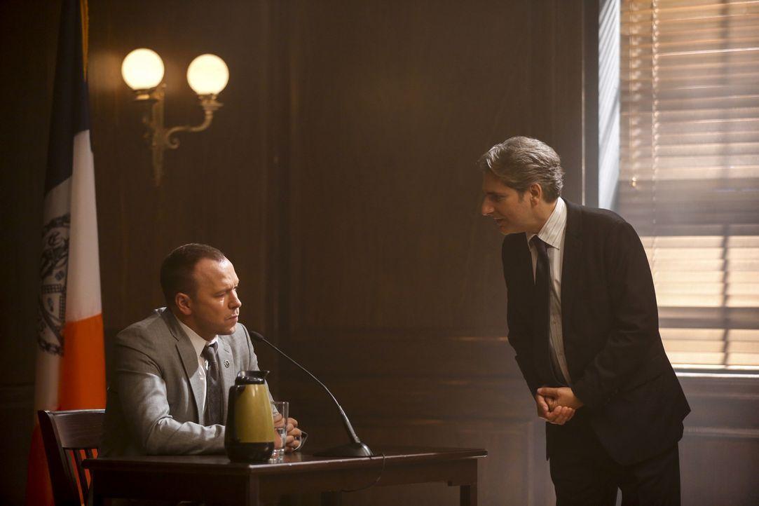 Als neue Beweise auftauchen, wirft Lewis (Michael Imperioli, r.) Danny (Donnie Wahlberg, l.) vor, den Serienmörder Wilder aus Rache getötet zu haben... - Bildquelle: Craig Blankenhorn 2016 CBS Broadcasting Inc. All Rights Reserved