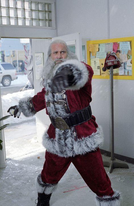 Santa (Bill Goldberg) musste aufgrund einer Wette 1000 Jahre lang Gutes tun. Doch nun zeigt er sein wahres, dämonisches Gesicht: Er will Rache! Eine... - Bildquelle: E.M.S. New Media AG