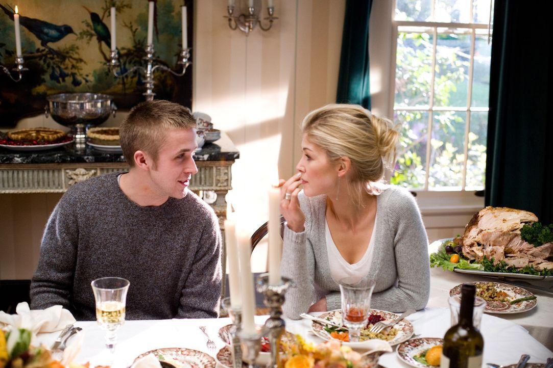 Haben eine Affäre miteinander: Niki Gardner (Rosamund Pike, r.) und Willy Beachum (Ryan Gosling, l.) ... - Bildquelle: Warner Brothers