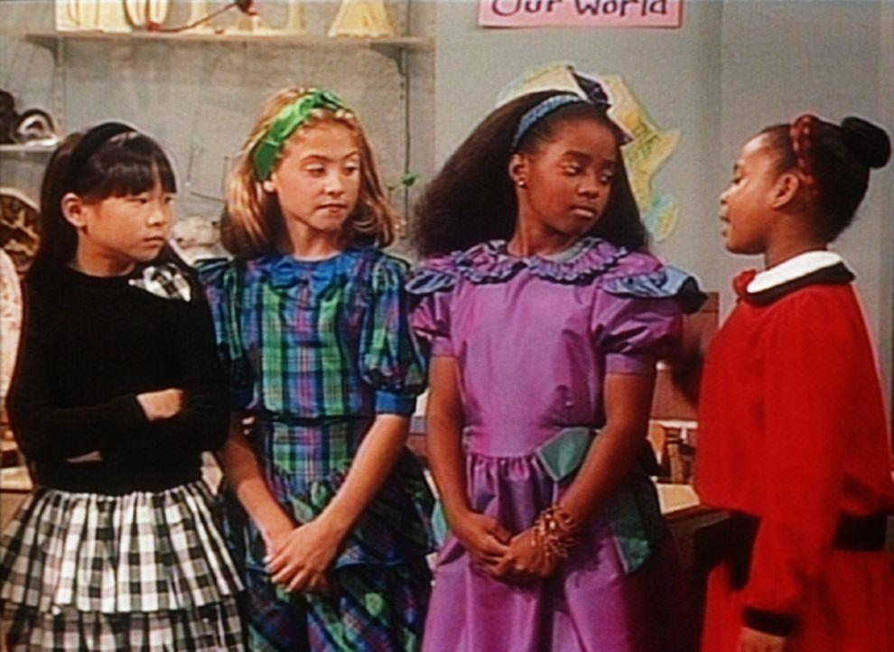 Rudy (Keshia Knight Pulliam, 2.v.r.) und ihre Klassenkameradinnen beratschlagen, was man gegen die blöden Jungs unternehmen kann. - Bildquelle: Viacom