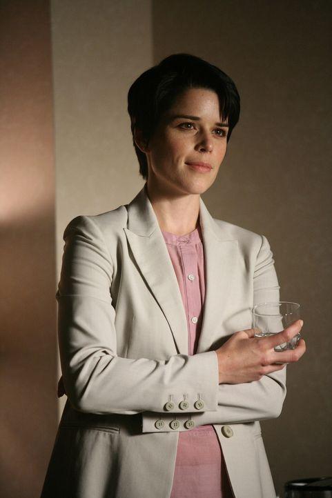 Hinter der Pharma-Vertreterin Debra (Neve Campbell) verbirgt sich in Wahrheit die Reporterin P.D. McCall. Sie hat es auf den Kopf von Staatsanwalt D... - Bildquelle: Paramount Network Television