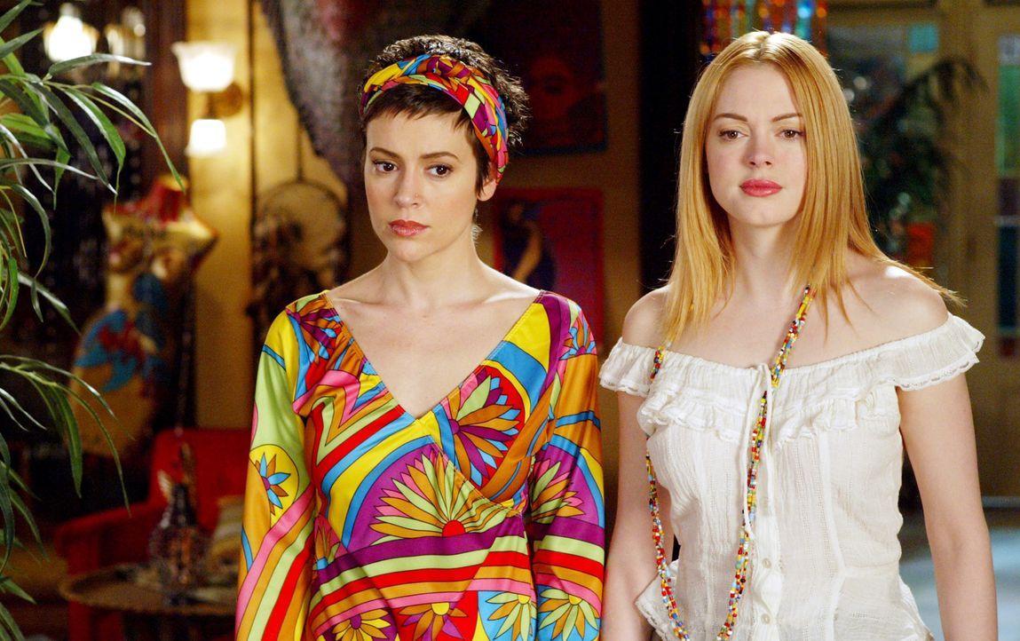 Um einen schleimigen Dämon zu vernichten, kommen die Mächtigen Drei im Manor wieder zusammen. Dabei staunen Phoebe (Alyssa Milano, l.) und Paige (Ro... - Bildquelle: Paramount Pictures.