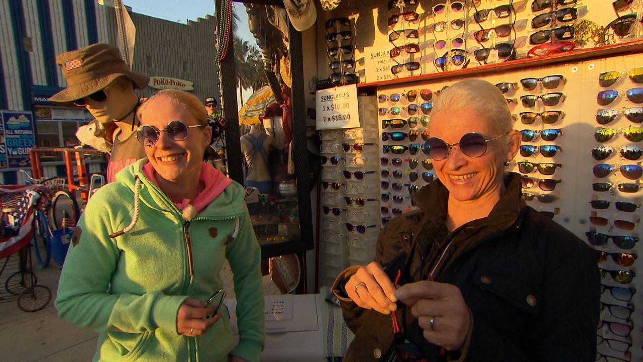 """Nach dem überraschenden Tod des Knochenbrechers Tamme Hanken möchte Ehefrau Carmen Hanken (r.) noch einmal die Orte, an denen ihr """"Schätzelein"""" Tier... - Bildquelle: Kabel Eins"""