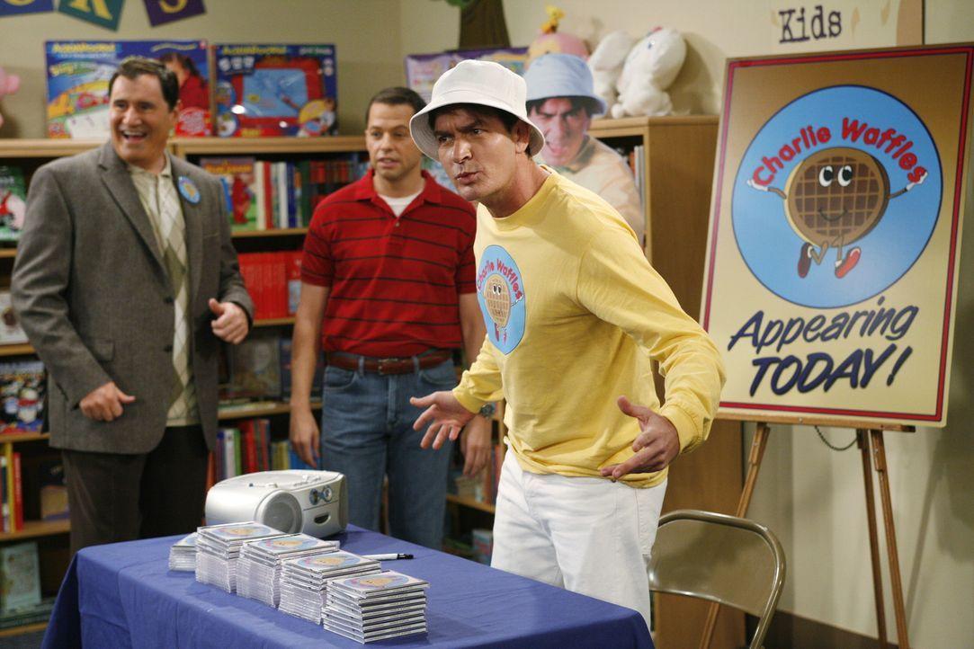 """Charlie (Charlie Sheen, r.) hat einen Produzenten für seine Kinderlieder gefunden und sich deshalb den Künstlernamen """"Charlie Waffles"""" zugelegt ... - Bildquelle: Warner Brothers Entertainment Inc."""