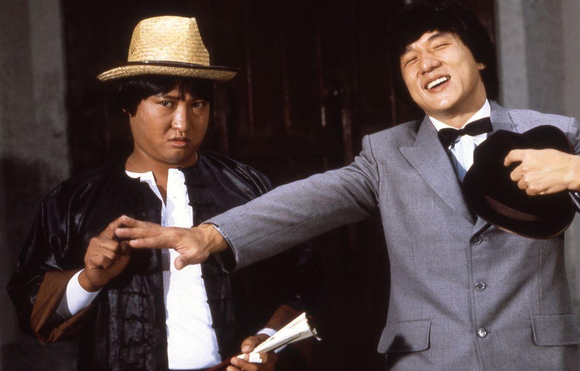 Im Namen der britischen Besatzungsmacht in Hongkong dürfen Dragon (Jackie Chan, r.) und Fei (Sammo Hung Kam-Bo, l.) mal so richtig auf die Pauke hau... - Bildquelle: Splendid