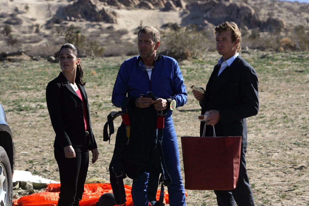 Patrick (Simon Baker, r.) und Teresa (Robin Tunney, l.)  ermitteln in einem neuen verzwickten Fall ... - Bildquelle: Warner Bros. Television