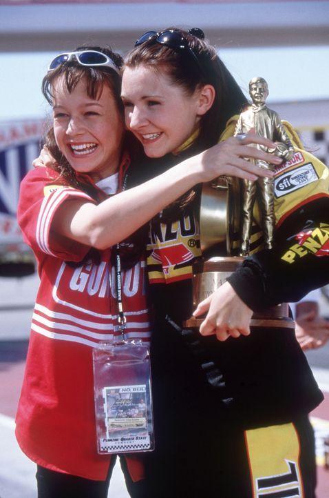 Gemeinsam sind sie unschlagbar: Drag Racer Erika (Beverly Mitchell, r.) und Courtney Enders (Brie Larson, l.) ... - Bildquelle: Disney Channel