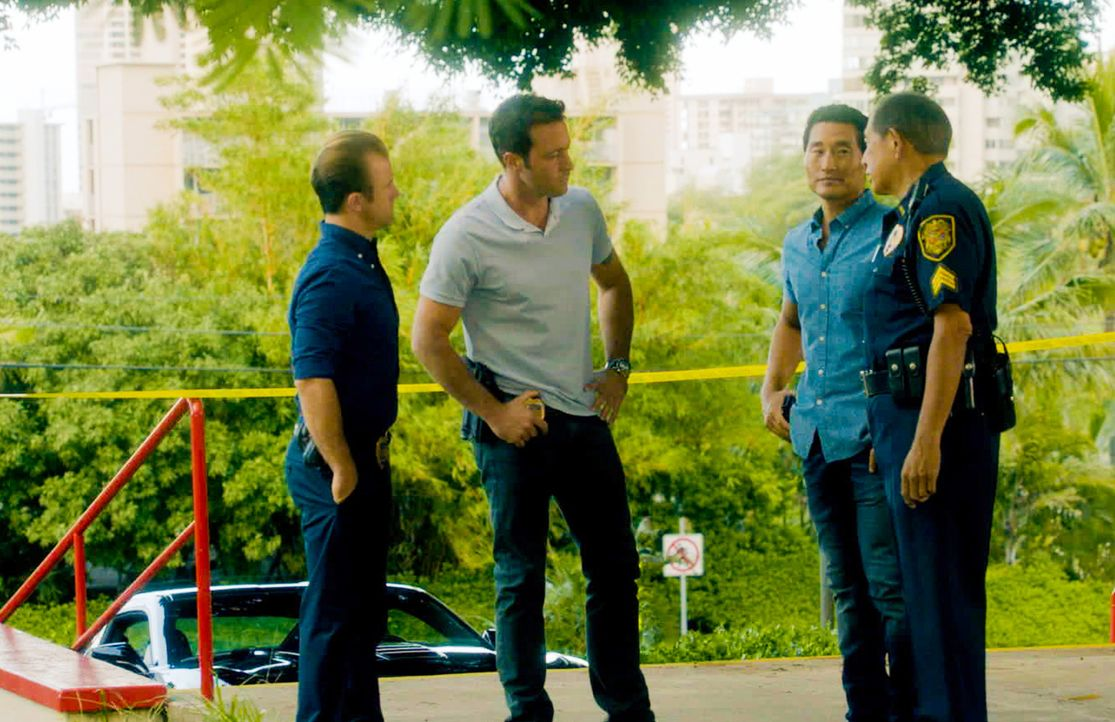 Ein junges Mädchen wurde entführt. Danny (Scott Caan, l.), Steve (Alex O'Loughlin, 2.v.l.), Chin (Daniel Dae Kim, 2.v.r.) und Sgt. Duke Lukela (Denn... - Bildquelle: 2014 CBS Broadcasting Inc. All Rights Reserved.