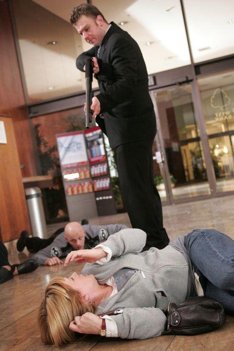 Allison Dubois (Patricia Arquette, liegend) glaubt ihren Augen kaum zu trauen, als sie im Traum bei einem Banküberfall ihren Bruder Michael Benoit (... - Bildquelle: Paramount Network Television