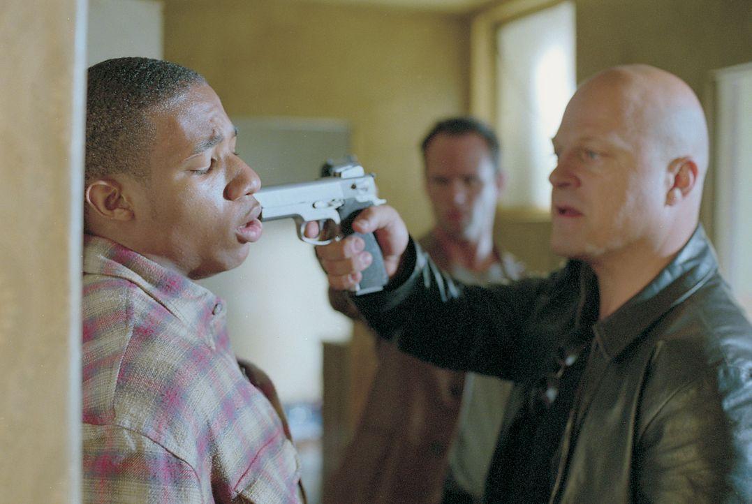 Detective Vic Mackey (Michael Chiklis, r.) untersucht einen brutalen Raubüberfall ... - Bildquelle: 2003 Sony Pictures Television International