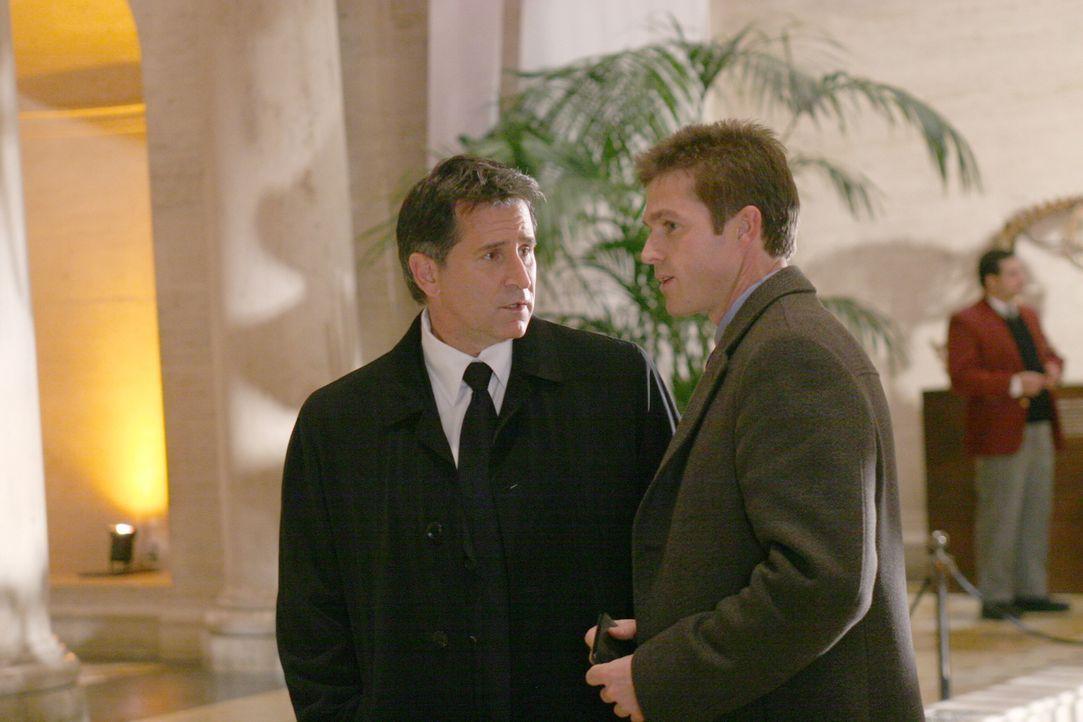 Jack Malone (Anthony LaPaglia, l.) und Martin Fitzgerald (Eric Close, r.) ermitteln in einem neuen Fall ... - Bildquelle: Warner Bros. Entertainment Inc.