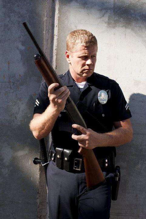(3. Staffel) - Den Umgang mit dem Gewehr hat Officer John Coopers (Michael Cudlitz) Vater, der inzwischen wegen Mord und Vergewaltigung im Gefängnis... - Bildquelle: Warner Brothers