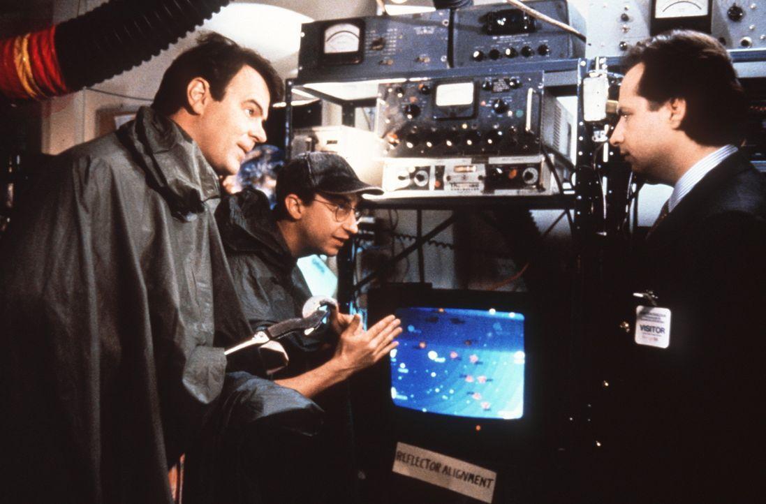 Dem Physiker Dr. Steve Mills (Dan Aykroyd, l.) gelingt während einer Gewitternacht ein unglaubliches Experiment: Er schießt einen Energiestrahl in... - Bildquelle: Columbia Pictures