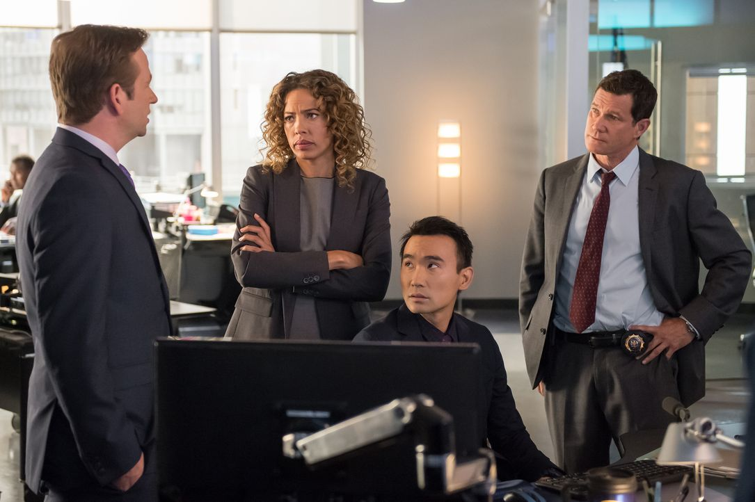 Ein neuer Fall beschäftigt das Team um (v.l.n.r.) Eliot (Dallas Roberts), Cherie (Tawny Cypress), Jay (James Hiroyuki Liao) und Al (Dylan Walsh) ... - Bildquelle: 2014 Broadcasting Inc. All Rights Reserved.