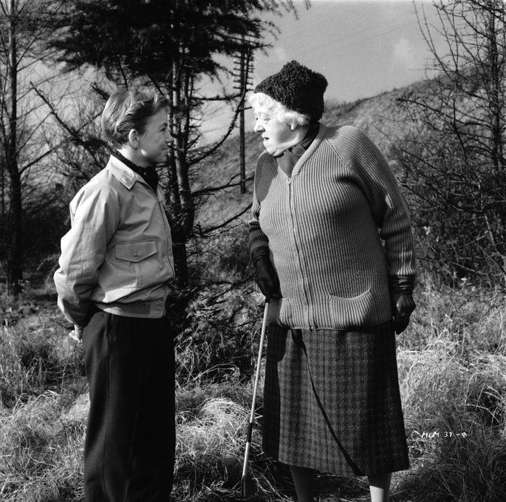 Freund oder Feind? Kann der kleine Alexander (Ronnie Raymond, l.) Miss Marple (Margaret Rutherford, r.) bei ihren Nachforschungen helfen? - Bildquelle: Warner Brothers