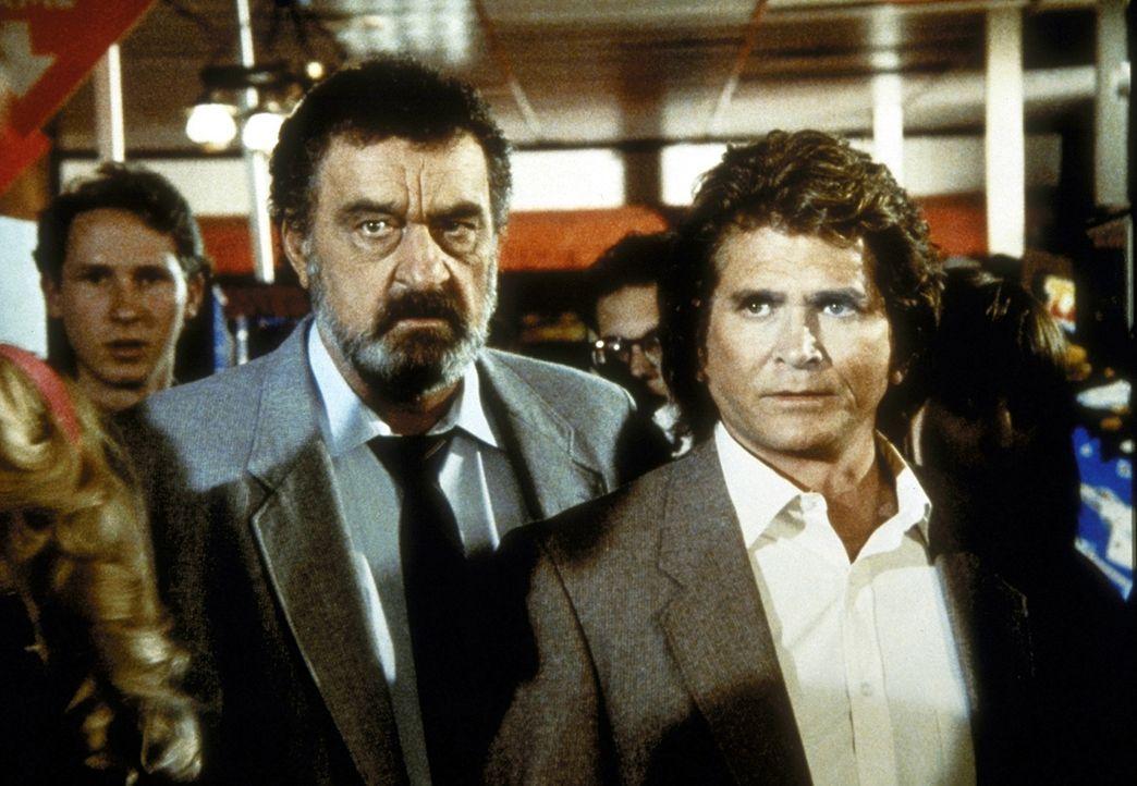 Jonathan (Michael Landon, r.) und Mark (Victor French, 2.v.r.) wollen dem Dealer an der Uni auf die Schliche kommen. - Bildquelle: Worldvision Enterprises, Inc.