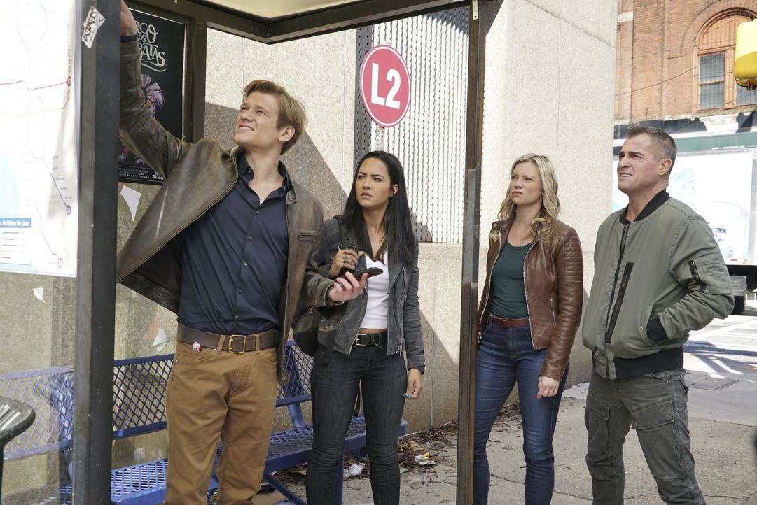 Als MacGyver (Lucas Till, l.), Riley (Tristin Mays, 2.v.l.) und Jack (George Eads, r.) dem verdachtserregenden Tod von Dawns (Amy Smart, 2.v.r.) CIA... - Bildquelle: Annette Brown CBS © 2018 CBS Broadcasting, Inc. All Rights Reserved. / Annette Brown