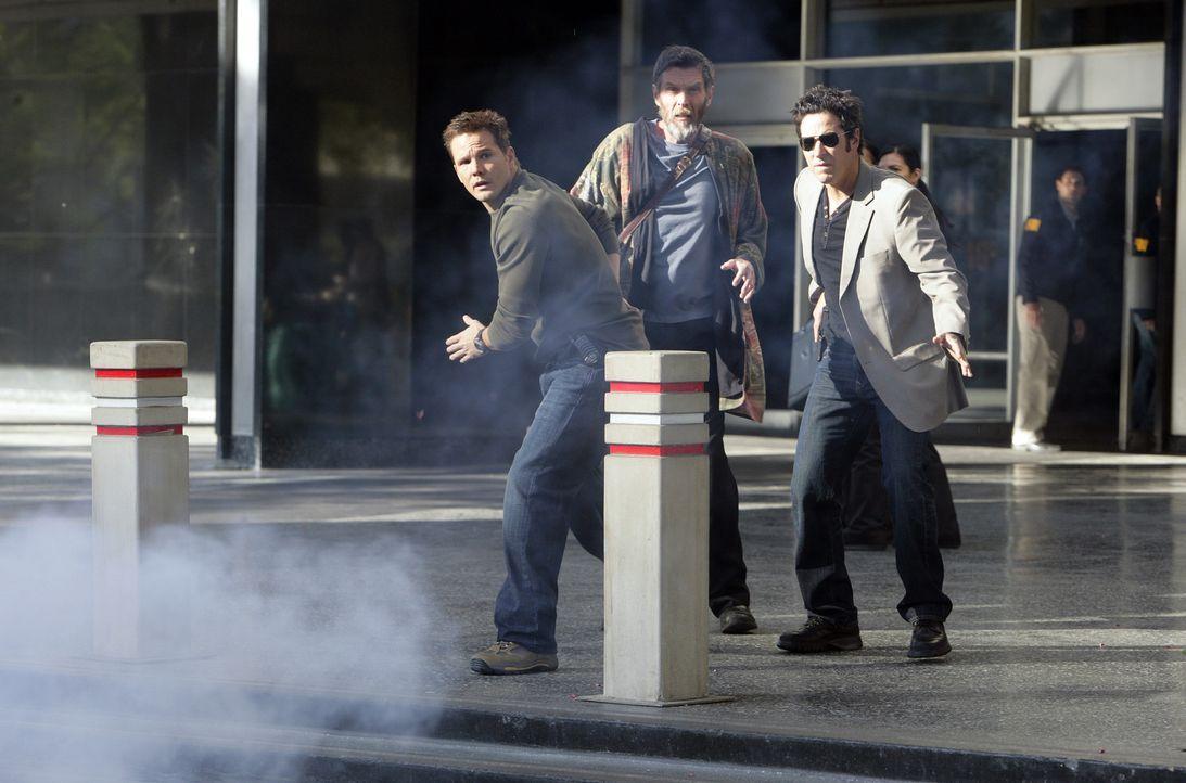 In dem neuen Fall müssen Colby (Dylan Bruno, l.) und Don (Rob Morrow, r.) mit dem Hellseher Simon Kraft (John Glover, M.) zusammenarbeiten. Schon b... - Bildquelle: Paramount Network Television