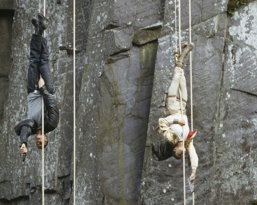 Müssen alles riskieren, um die Menschheit vor der Ausrottung zu bewahren: Terry (Gerard Butler, l.) und Lara (Angelina Jolie, r.) ... - Bildquelle: 2003 by Paramount Pictures. All Rights Reserved.
