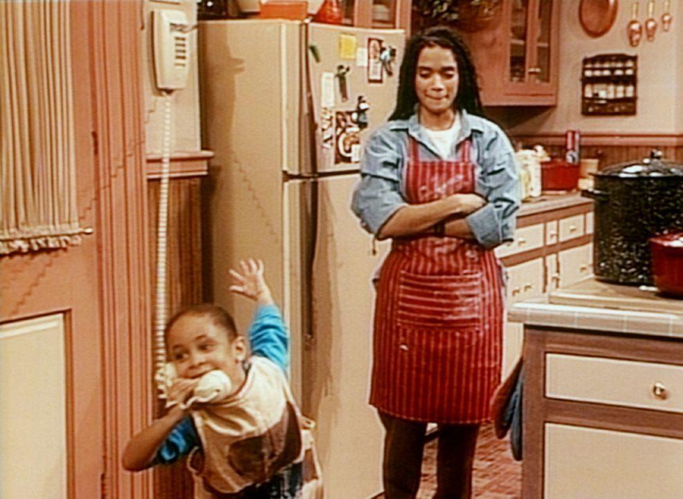 Stiefmutter Denise (Lisa Bonet, r.) schaut der kleinen Olivia (Raven Symone, l.) zu, wie sie ihrer Mutter am Telefon den Truthahn vormacht, den es h... - Bildquelle: Viacom