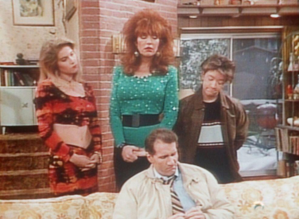Al (Ed O'Neill, M.) kann Kelly (Christina Applegate), Peggy (Katey Segal, 2.v.l.) und Bud (David Faustino, r.) keine Weihnachtsgeschenke machen. - Bildquelle: Columbia Pictures