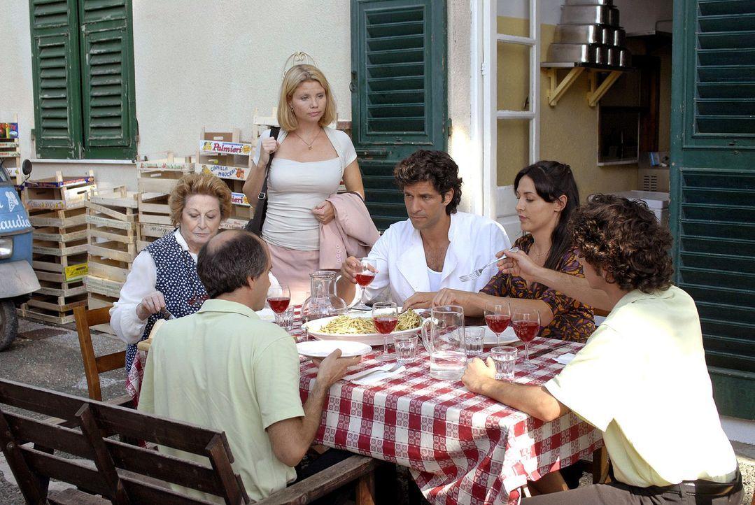 Fabio und seine Eisdielen-Belegschaft sind nicht gerade begeistert über Lissy Anwesenheit. v.l.n.r.: Luca (Vincenzo Zampa), Marja, Lissy (Annette F... - Bildquelle: Hardy Brackmann Sat.1