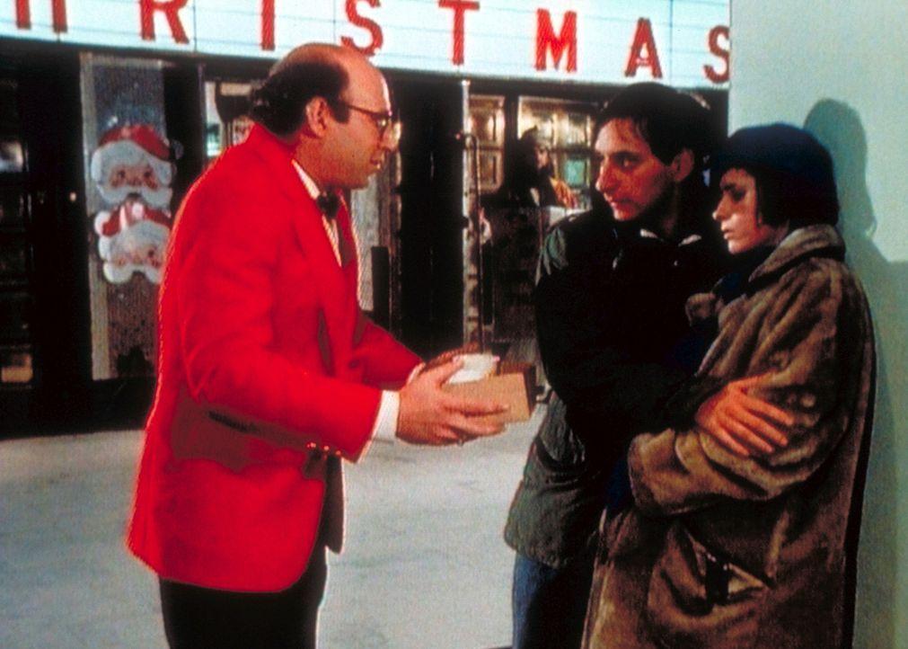 Josef und die schwangere Maria erhalten am Weihnachtsabend von einem freundlichen Kellner eine kleine Aufmerksamkeit. - Bildquelle: Worldvision Enterprises, Inc.