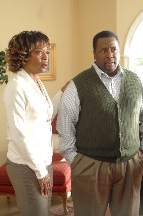 Denise (Tina Lifford, l.) und ihrem Mann Dr. Warren McBride (Wendell Pierce, r.) stehen harte Zeiten bevor, denn ihre Tochter wird Zeugin bei der Er... - Bildquelle: Ursula Coyote USA Network
