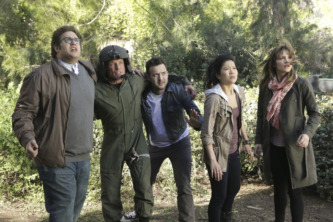 Während einer Rettungsmission stürzt der Helikopter mit Sylvester (Ari Stidham, l.), Toby (Eddie Kaye Thomas, M.), Happy (Jadyn Wong, 2.v.r.), Paige... - Bildquelle: Sonja Flemming 2014 CBS Broadcasting, Inc. All Rights Reserved / Sonja Flemming