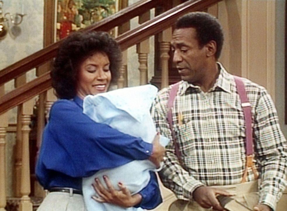 Clair (Phylicia Rashad, l.) hütet das Baby einer Freundin und denkt daran, noch ein Kind haben zu können. Cliff (Bill Cosby, r.) ist von der Idee... - Bildquelle: Viacom